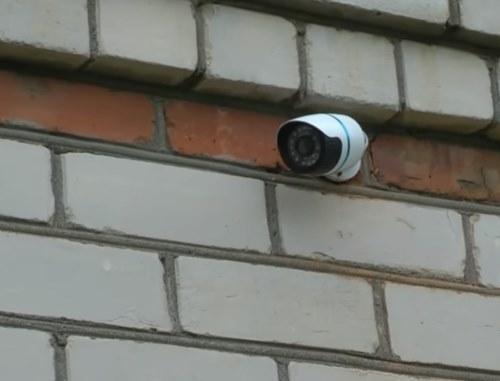 Камера видеонаблюдения за входом в дом