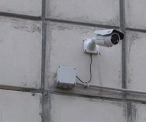 Камера установлена на многоквартирном жилом доме