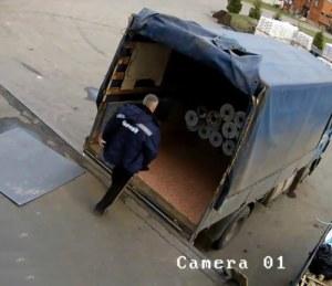 Запись камеры видонаблюдения с улицы возле склада