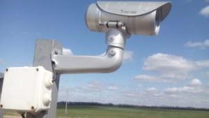 установленная на вышке видеокамера наблюдения