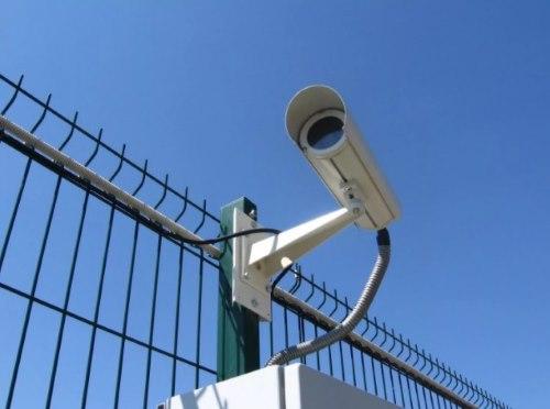 камера на территории возле магазина