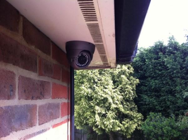установленная на улице камера видеонаблюдения